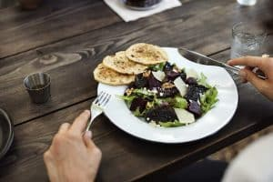 Eat healthy foods while traveling
